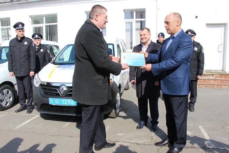 Міський голова Олександр Мамай вручає сертифікат на отримання паливно-мастильних матеріалів