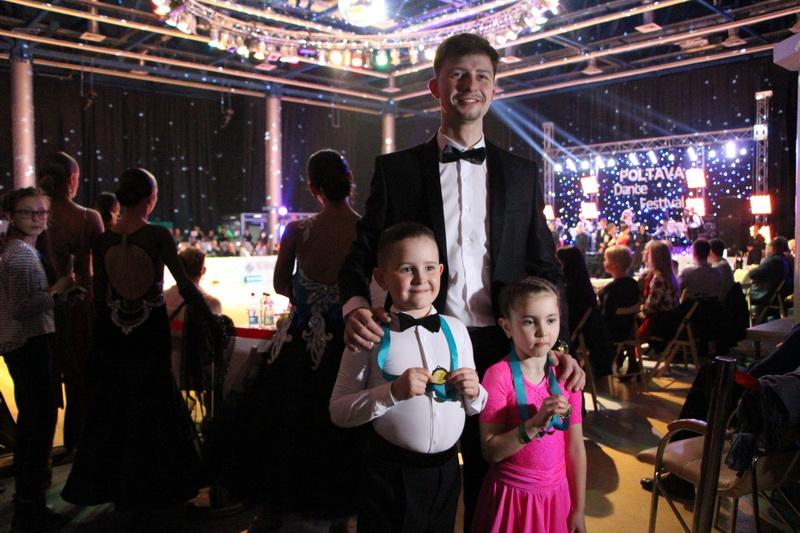 Представник клубу «Час танцювати» Валентин Васін із вихованцями