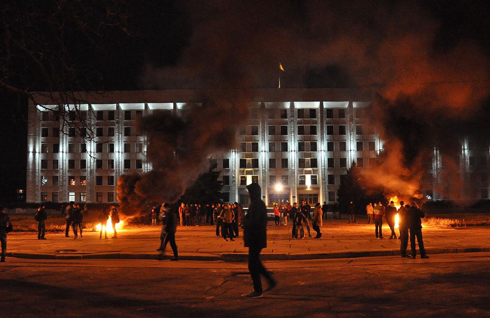 Біля Полтавської облдержадміністрації знову палають шини