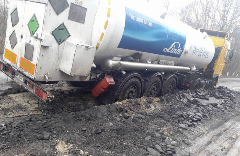 Вантажівка з азотом застрягла на розбитій дорозі біля села Тишки