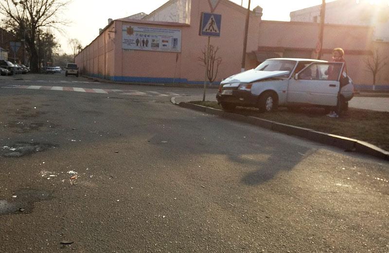 «Таврія» на узбіччі після ДТП на розі вул. Лідова та Дмитра Коряка