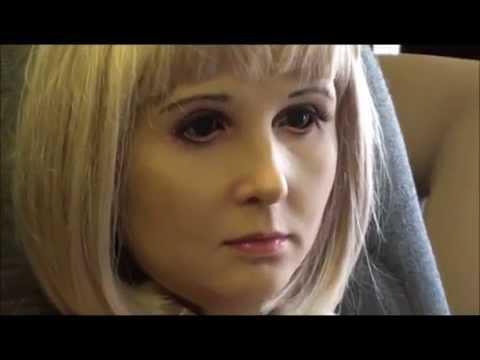 робот Алиса показывает эмоции