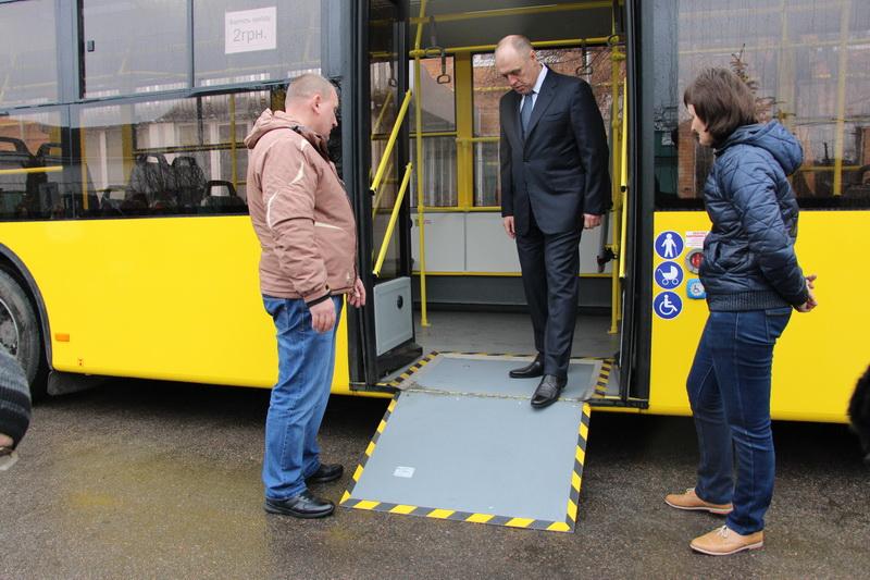 Міський голова Олександр Мамай оглядає новий тролейбус