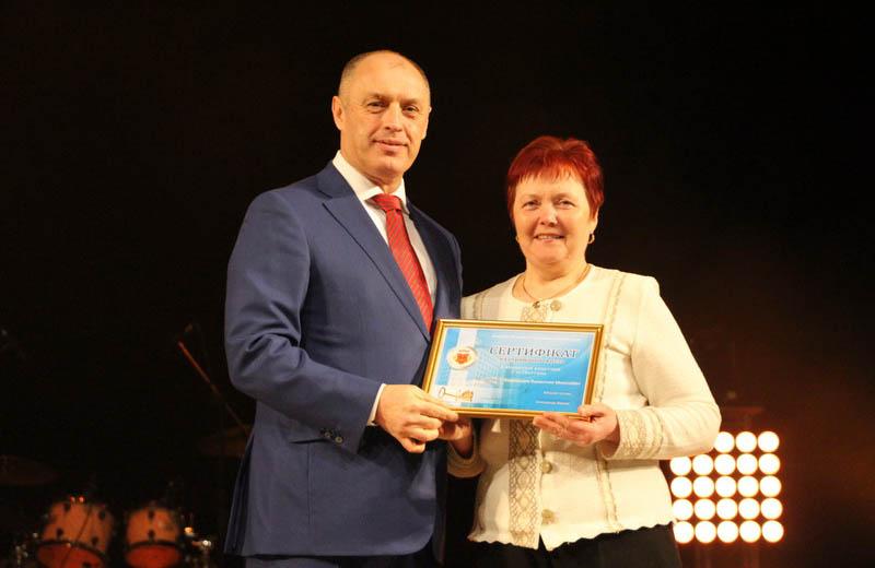 Міський голова вручає сертифікат на отримання 1-кімнатної квартири