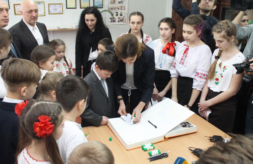 Свої побажання до Книги Миру внесли полтавські школярі