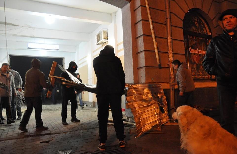 Активісти знесли решітки в арці «Газетного ряду» та віднесли їх до міськради