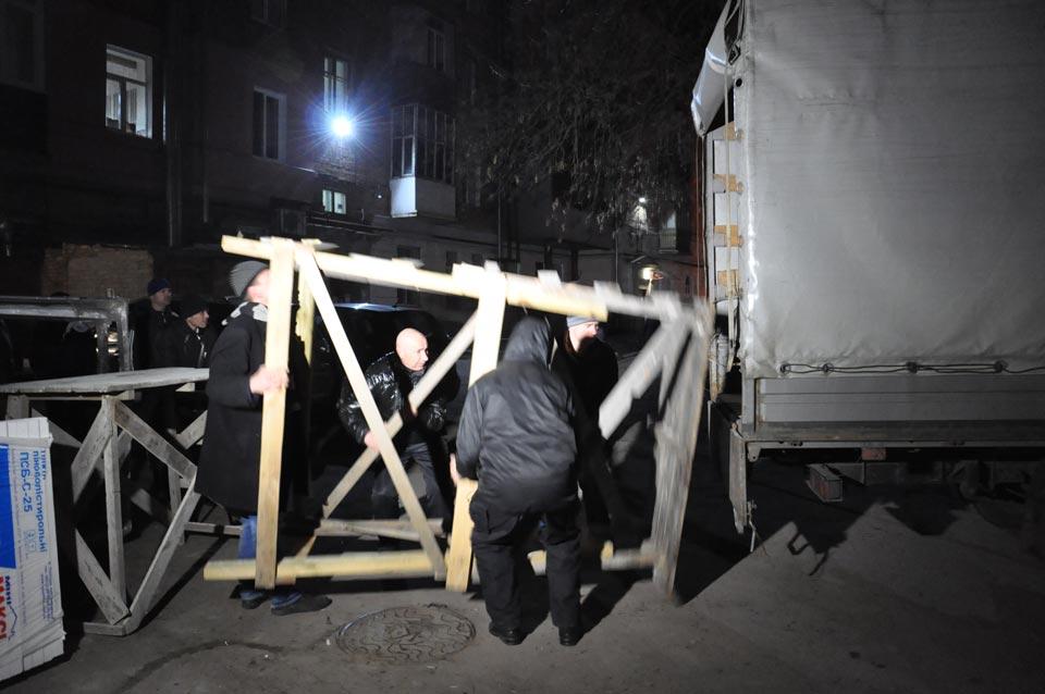 Робітники забирають драбину