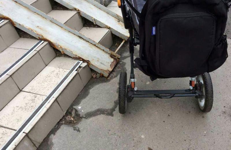 Дитяча коляска біля пандусу районного суда