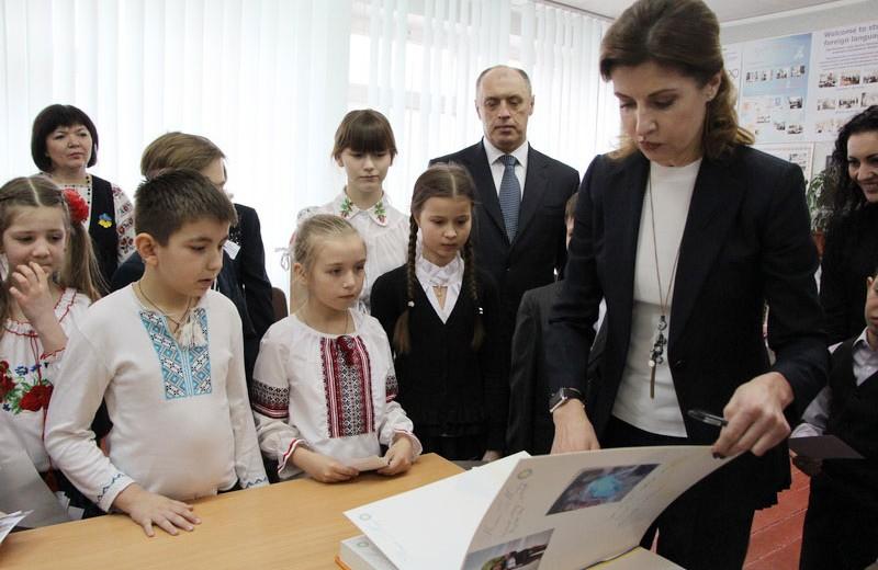 Марина Порошенко під час заповнення Книги Миру