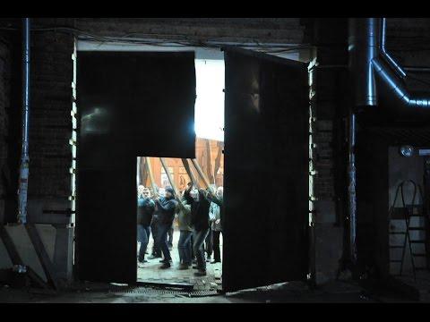 Знесення огорожі в арці «Газетного ряду». Падіння останніх воріт. (Полтава. 2017.03.17)