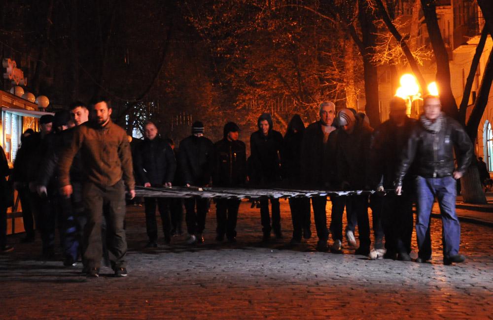 Політики та активісти несуть ворота до міськради