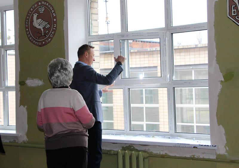 Депутат Андрій Матковський під час візиту до ЗОШ №19