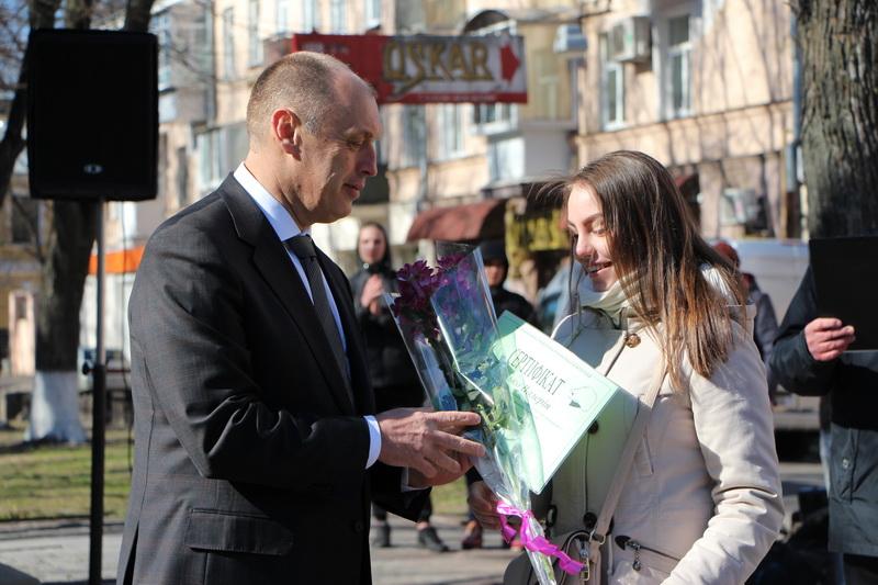 Міський голова Олександр Мамай вручає Почесну грамоту та грошову винагороду лауреату