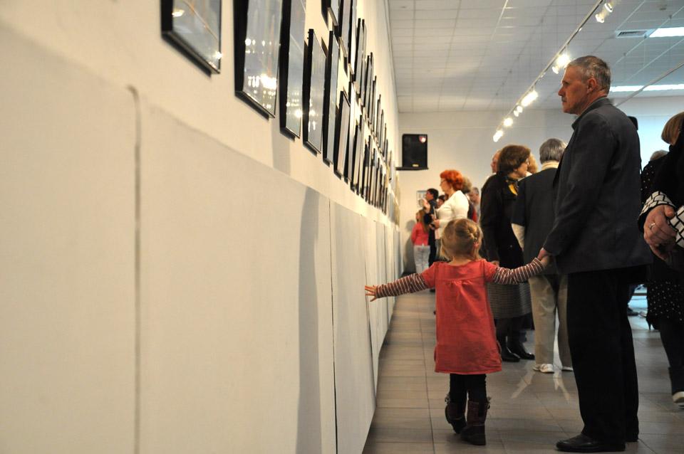 На виставку прийшли і маленькі діти.