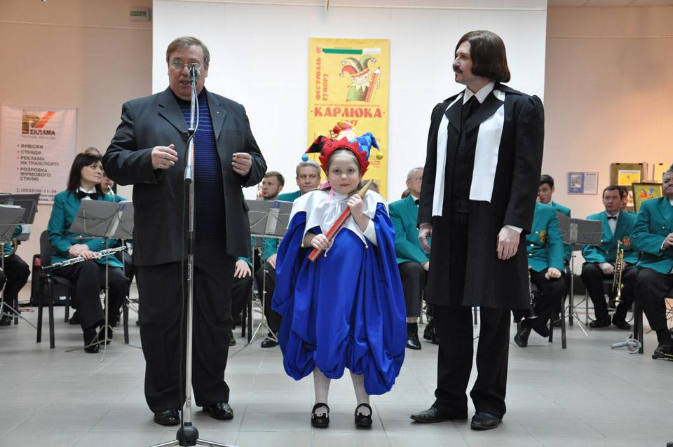 Михайло Шлафер, маленька Карлючка та Микола Гоголь. В останнього сьогодні день народження.