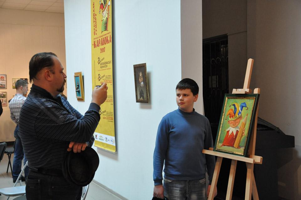 Полтавці фотографуються з символом виставки Карлюкою.