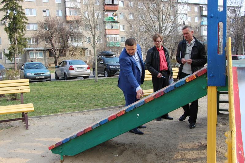 Огляд дитячого майданчика на вулиці Петра Юрченка