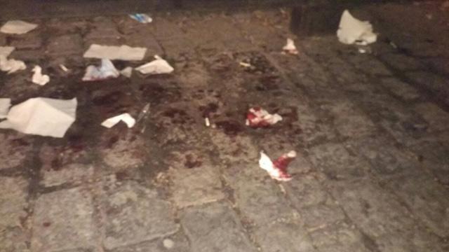 Кров на бруківці біля арки