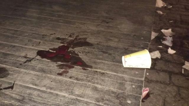 Кров на підлозі літнього майданчика кафе біля арки