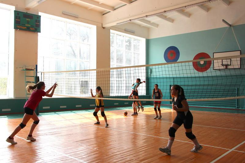 Тренування команди дівчат з волейболу
