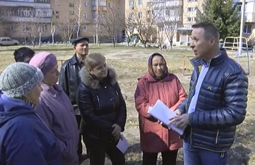 Андрій Матковський спілкується  із мешканцями будинку