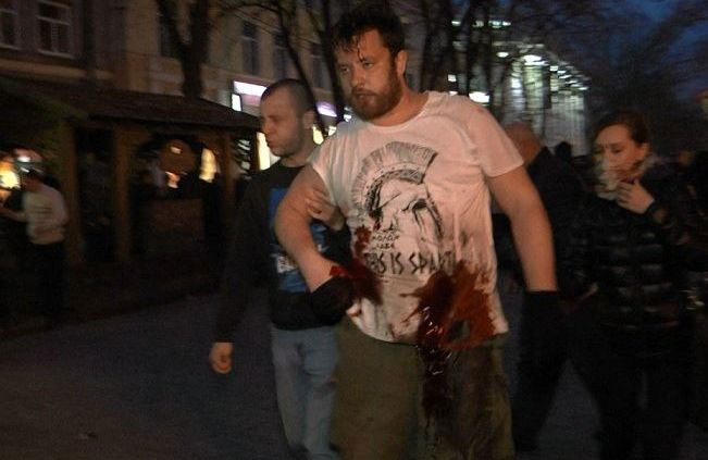 Владмир Шередега отводит раненого Александра Кобу от места схватки