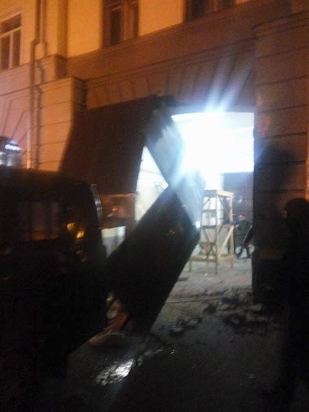 Демонтаж металевих воріт з арки