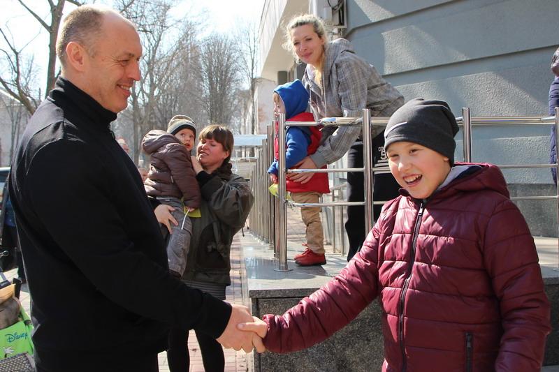 Міський голова Олександр Мамай приїхав провести дітей