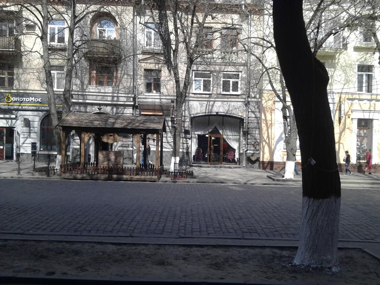 """""""Львівська кав""""ярня"""", яка також займає частину уже заскленої колишньої арки..."""