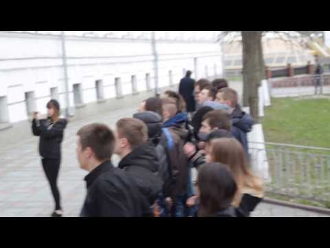 Протестувальники підіймають прапори біля Полтавської міськради