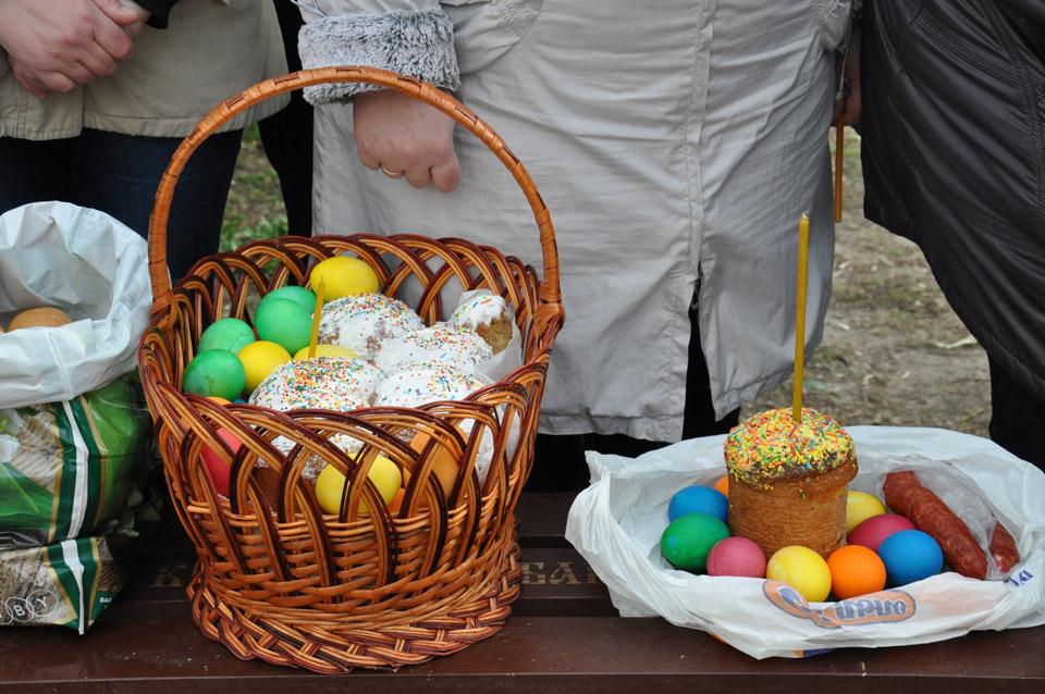 Традиційно на Великдень люди готують пасхальні кошики. Це цілий творчий процес. Кожен кошик оригінальний і дивує своєю різноманітністю.