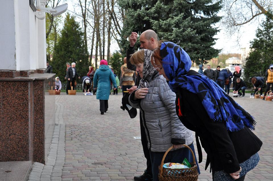 Віряни хрестяться перед входом до собору.