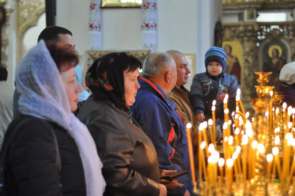 В соборі кожен молиться за своє і благає в Бога допомоги.