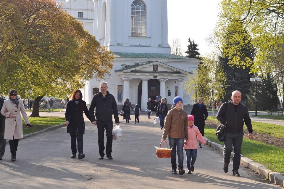 Після молитви і посвяти люди повертається додому, де разом з родиною сядуть за стіл.
