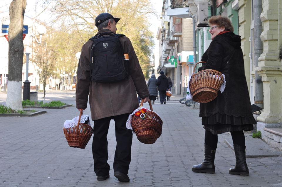 Вулиці міста заповнені щасливими людьми з пасхальними кошиками.