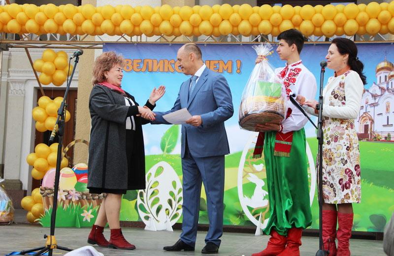 Міський голова вручає нагороду володарям Гран-прі НВК № 86