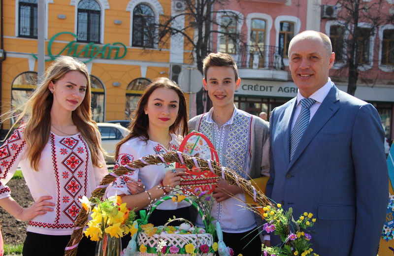 Міський голова Олександр Мамай з учасниками щорічного фестивалю «Великодня писанка»