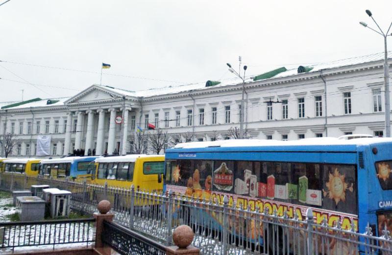Автобуси учасників акції «3 гривні без корупції» біля Полтавської міськради