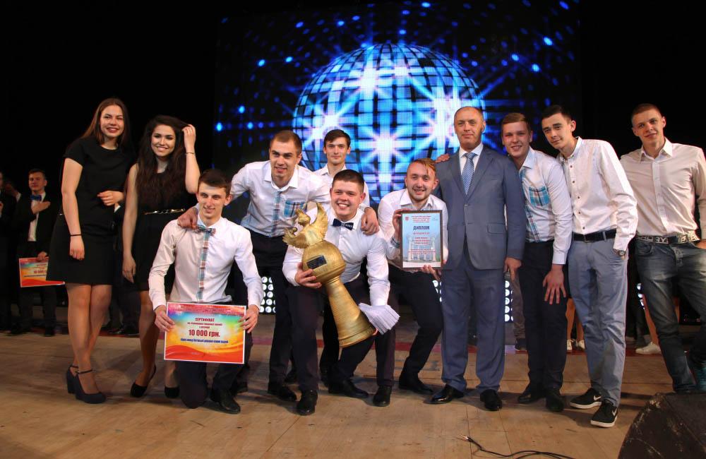 Володарі Кубку команда ПДАА та міський голова Олександр Мамай. Фото на згадку