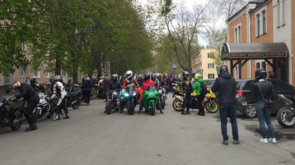 Вполдень мотоциклисты собрались возле памятника Ивану Мазепе, наСоборности, 1. А в конце пробега собрались возле кафе«Мохито».