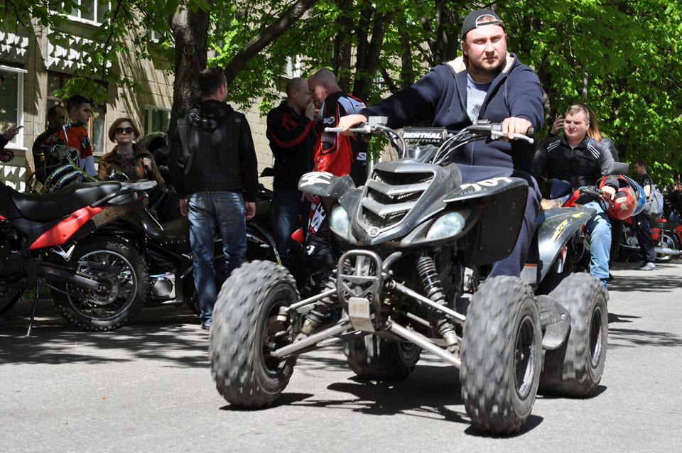 Квадроцикл майже мотоцикл, ну автомобілем його точно не назвеш.
