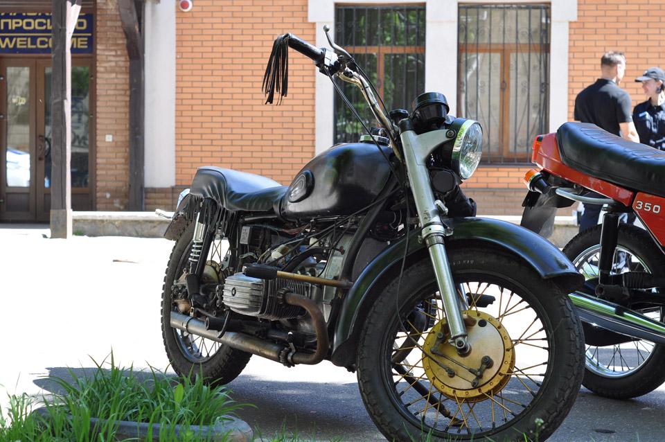 В колоні байки різних класів. Мотоцикл не може бути старим, гарний майстер з дряхлого раритету зробить ось таку конфетку.
