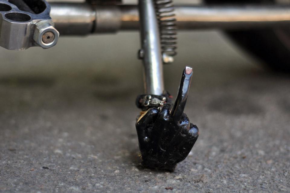 Над будь-яким елементом байка можна художньо попрацювати. Ось така оригінальна «ножка».