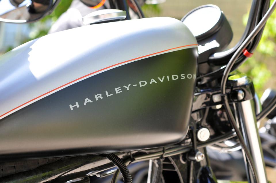 А це американська класика «Harley Davidson».