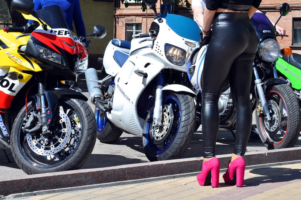 Гарний мотоцикл. Чудові форми.