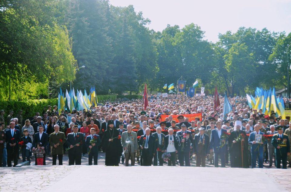 Полтавці біля Меморіалу солдатськї слави