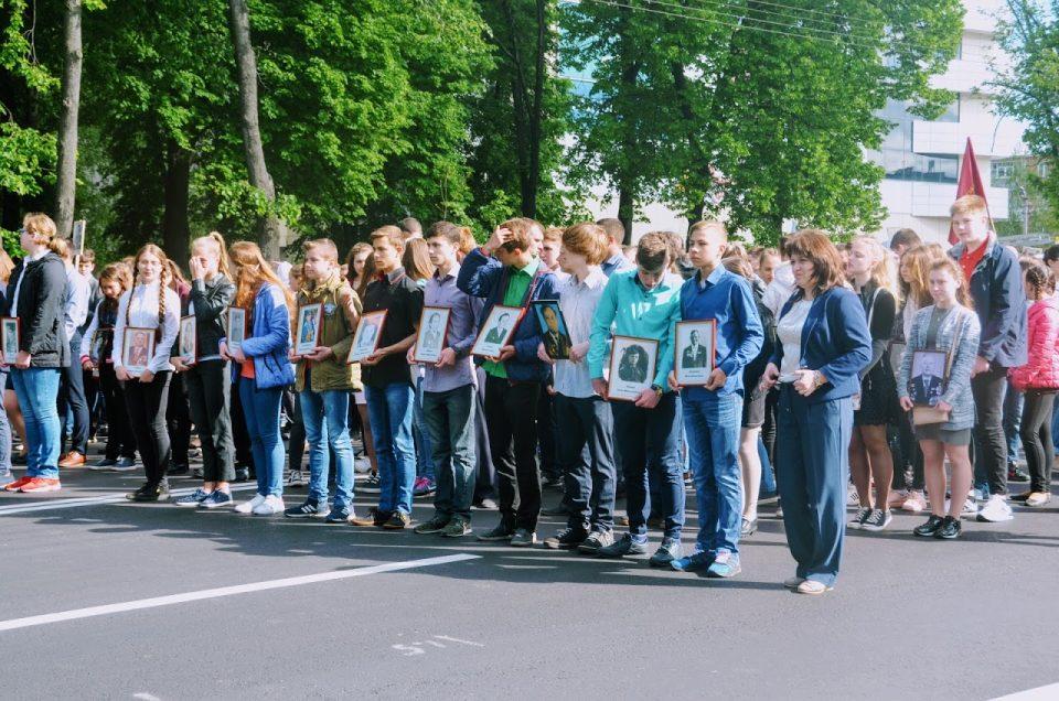 Полтавці прийшли з портретами своїх загиблих на війні родичів