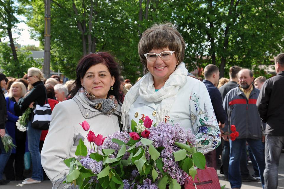 На вулиці Європейській формується колона, яка буде йти до Меморіалу Солдатської Слави. Люди взяли із собою квіти, які покладуть до підніжжя меморіалу.