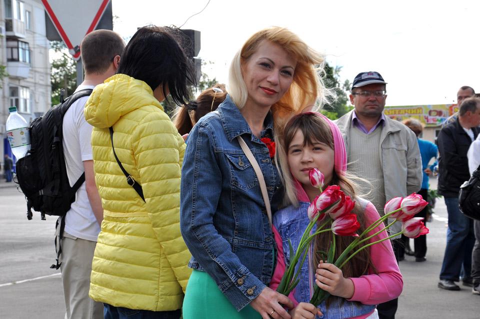 День Перемоги у пострадянських країнах є сімейним святом. Батьки приходять на урочисте вшанування зі своїми дітьми.