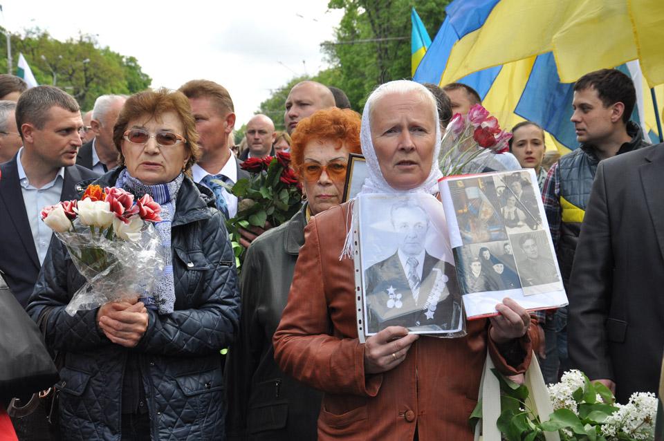 Сотні людей прийшли з портретами загиблих прадідів, дідів, батьків.